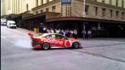 V8 Supercar спира движението в натоварен Brisbane Cbd пресичане