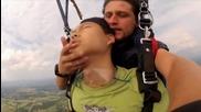 Азиатец припада при парашутен скок