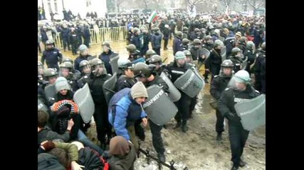 Полицай пребиват хора !!!