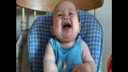 Това Бебе Ще Се Спука От Смях! :d