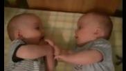 Бебета близнаци си играят :)