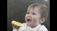 Сладко бебе се мръщи като яде желирени бонбонки и лимон :d