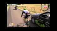 Брутално,кола изблъсква колоездач !