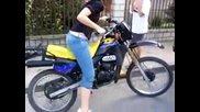 Момиче се пребива с мотор по много банален начин