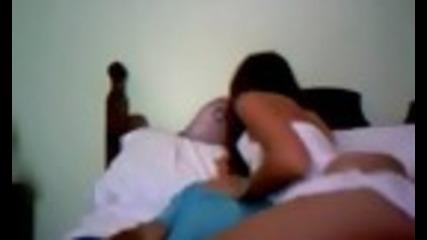 Мъж пърди докато се натиска с приятелката си,а тя е много секси