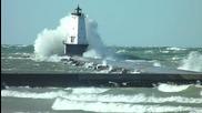Огромни вълни надхвърлят фара