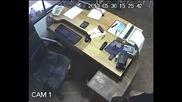Заснеха Дързък Ром Задигащ Телефон И Дрелка От Склад Във Варна - I