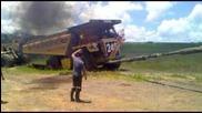 70 тонен камион издърпан от д10 булдозер :)