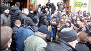 в Харков с шутове и тупаници народа изкарва Евромайданците