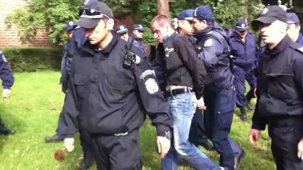 """Полицията арестува демонстрант, който викаше """"извини се бе"""" на Волен!"""