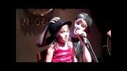 Justin Bieber canta con una ni