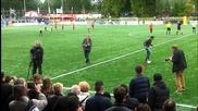 Touzani показвa умения на Робин ван Перси в турнира футболен клуб Vdl в Maassluis