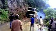 Автобус пада по пътя на смъртта