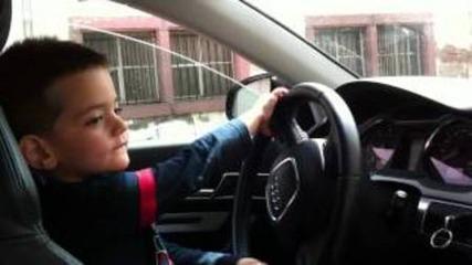Малко дете кара audi a4!