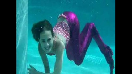 Момиче плува с опашка на русалка!!!много яко!!!нали???