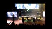 Момиче се качва на сцената по време на концерт на One Direction