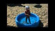 Криско потапя дупето в басейна