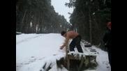 Гол мъж в снега в Самоков