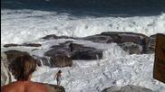 Големи вълни се разбиват в скалите 29.1.2013