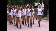 Красиви руски момичета маршируват в центъра на Москва