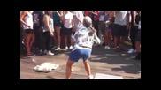 Бабката шашна всички със своя танц!