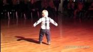 Двегодишно детенце танцува пасо добле