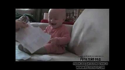 Забавно бебе се смее