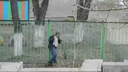 Пиян мъж се опитва да прескочи ограда!! Много Смях!!