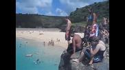 Скачане от скалите в морето