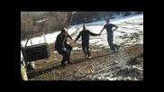 Пияни баткунци играт оро