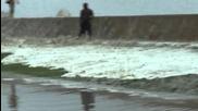 Огромни вълни надхвърлят стената и наводняват улицата 28.4.2013