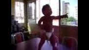 Пръснете се от смях - Бебе показва как се танцува