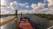 Time lapse - Кораб плава в пристанището на Ротердам