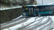 Тоя британски автобусен шофьор взе доста добре завоя