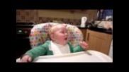 Бебе се хили като Donald Duck