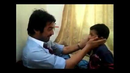 Баща и син си удрят шамари ( 100% смях )