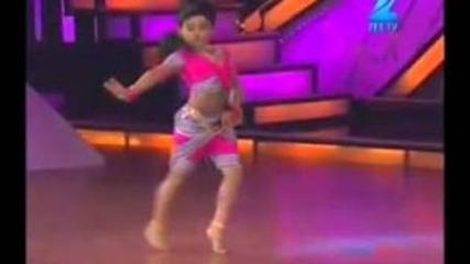 Малката Индийка танцува удивително направо ще ви разкърти