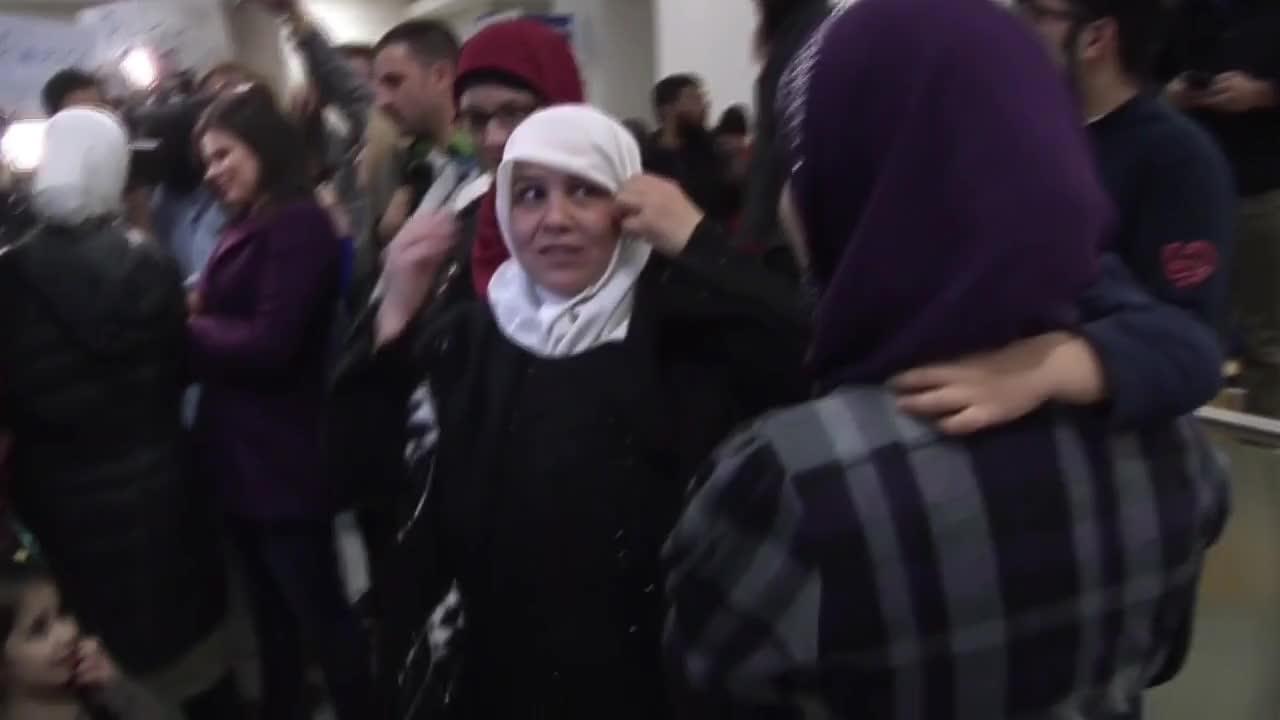 Протестиращи срещу Тръмп посрещнаха пътници мюсюлмани на летището в Далас