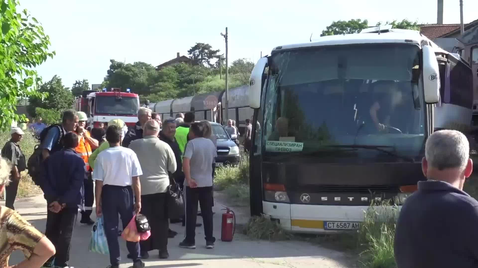 Влак блъсна автобус край Симеоновград, има пострадали