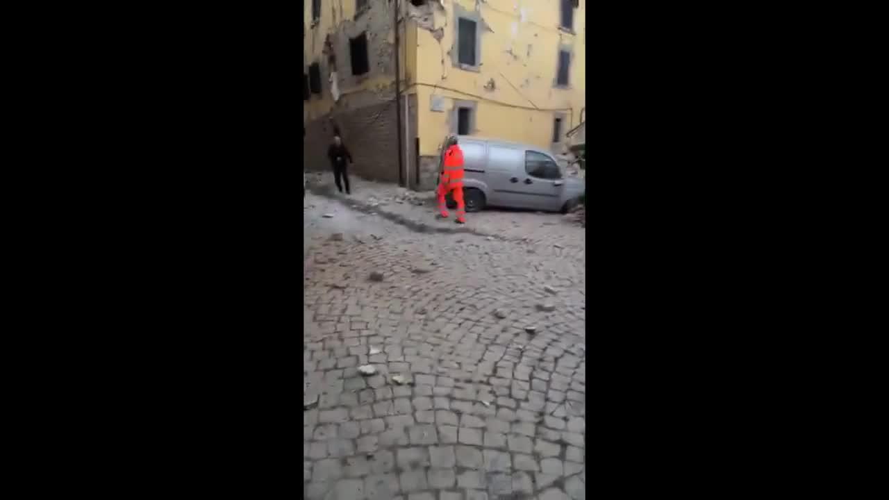 Силно земетресение разруши сгради в Централна Италия през изминалата нощ и взе над десет жертви