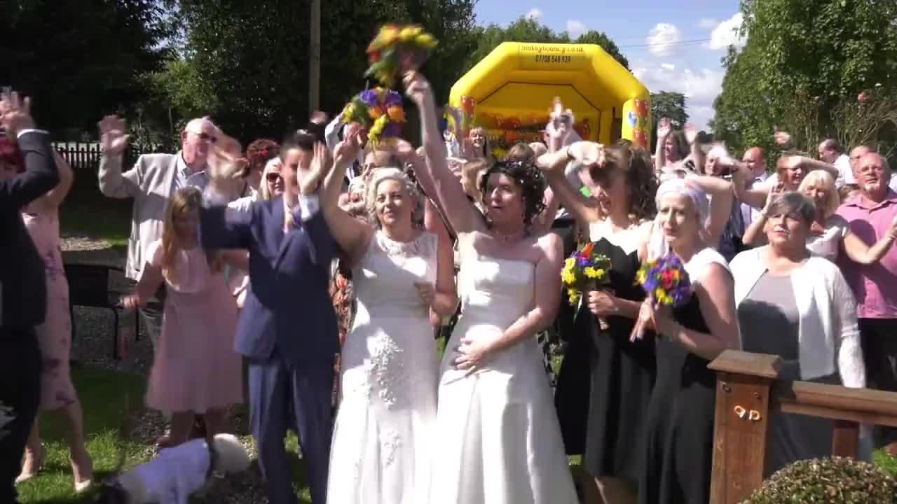 """Резултат с изображение за Две жени се ожениха 21 години, след като си казали """"Да"""" като мъж и жена"""