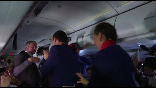 Папата венча двойка на борда на самолет