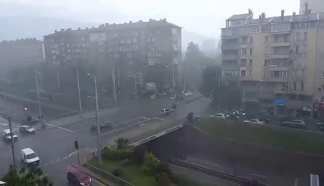 На места в столицата вали градушка