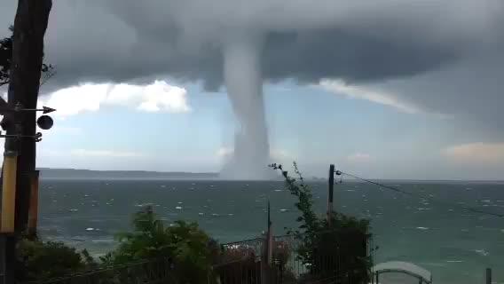 Торнадо в центъра на морето