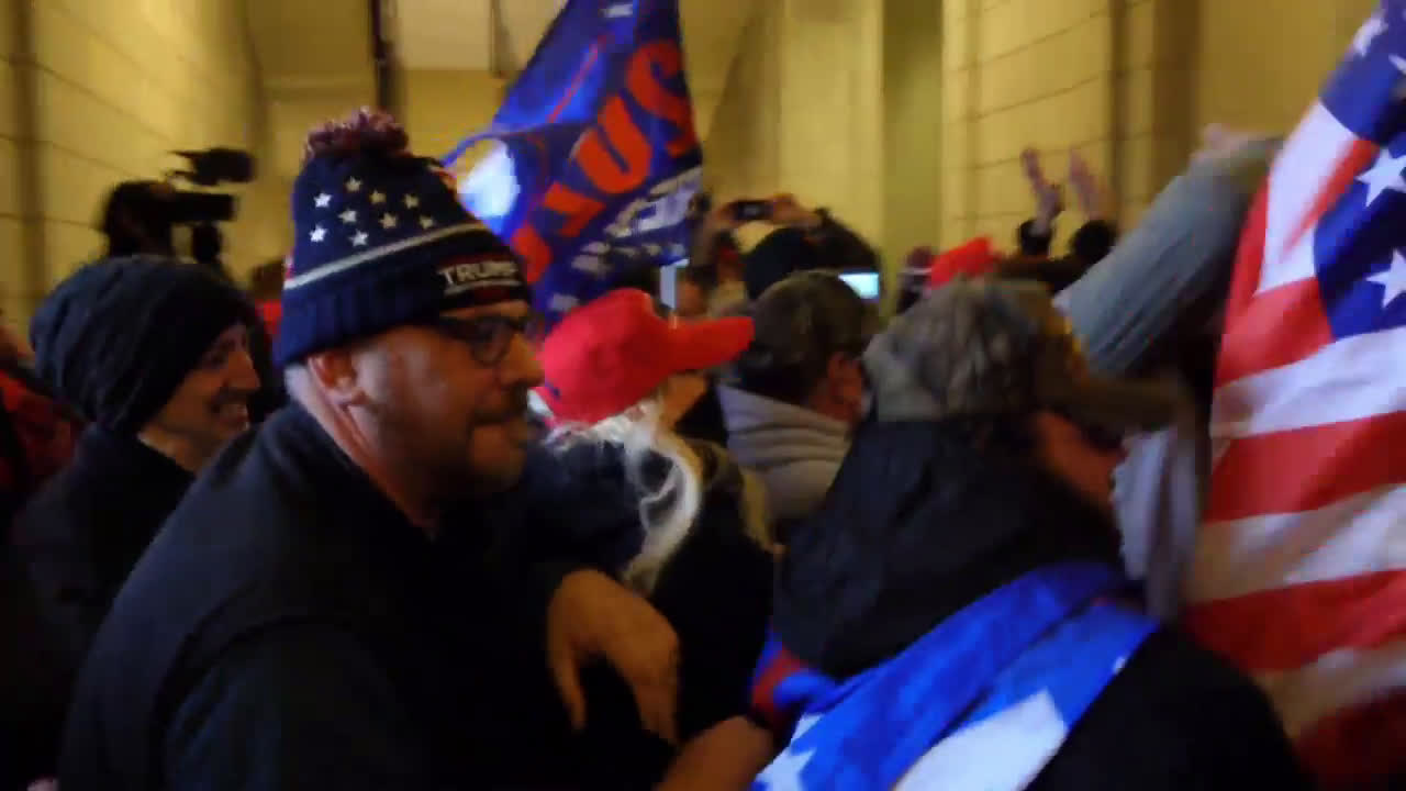 USA: Trump supporters and police clash inside DC Capitol after storming