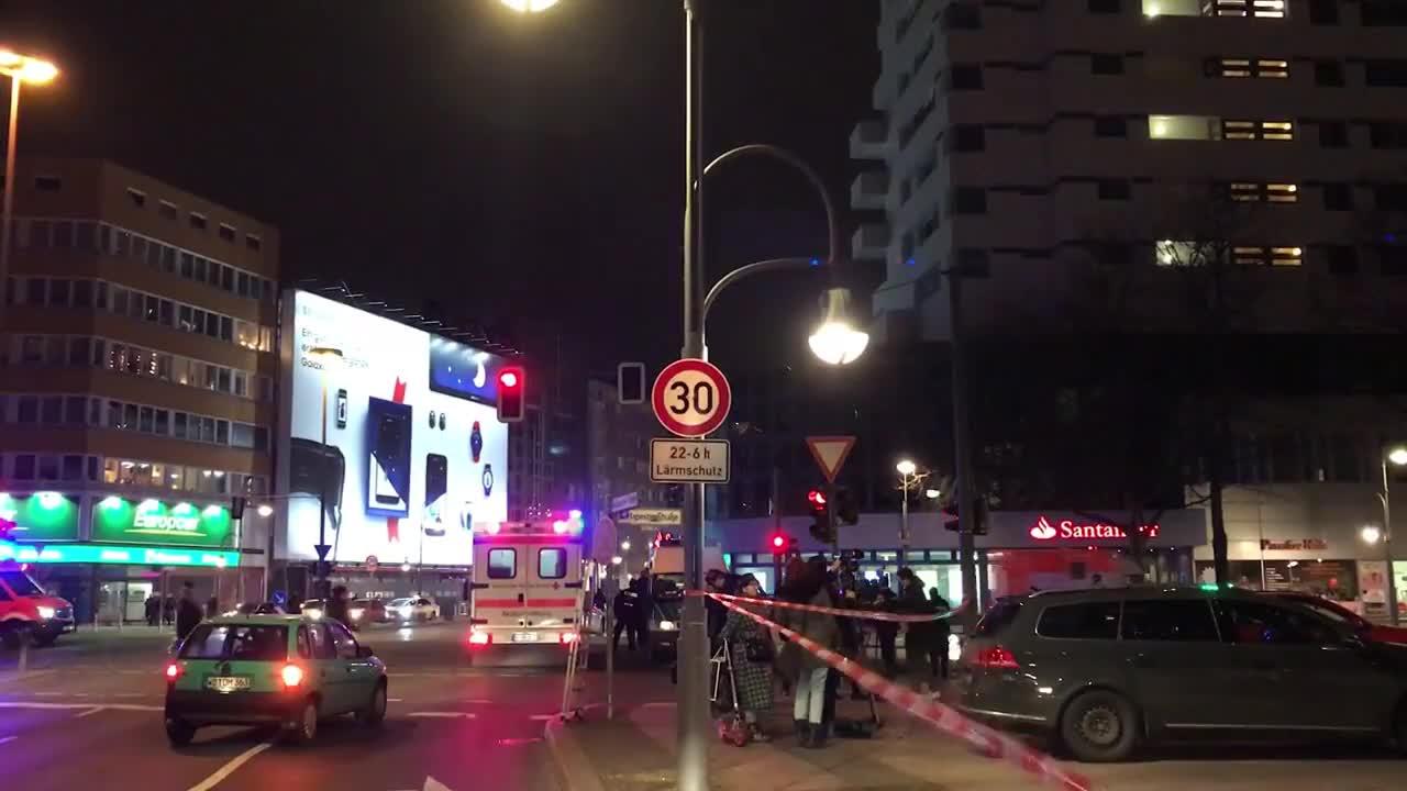 Камион се вряза в базар в Берлин, има убити и ранени