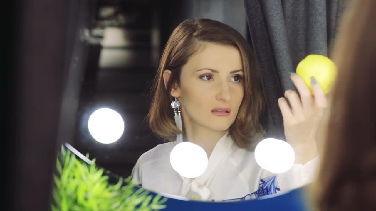 Самокритичната красавица // Великолепните 5, Промо