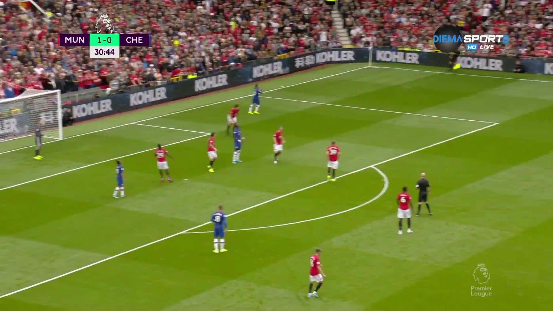 Юнайтед допускат хубав диагонален пас в центъра, положение за Челси