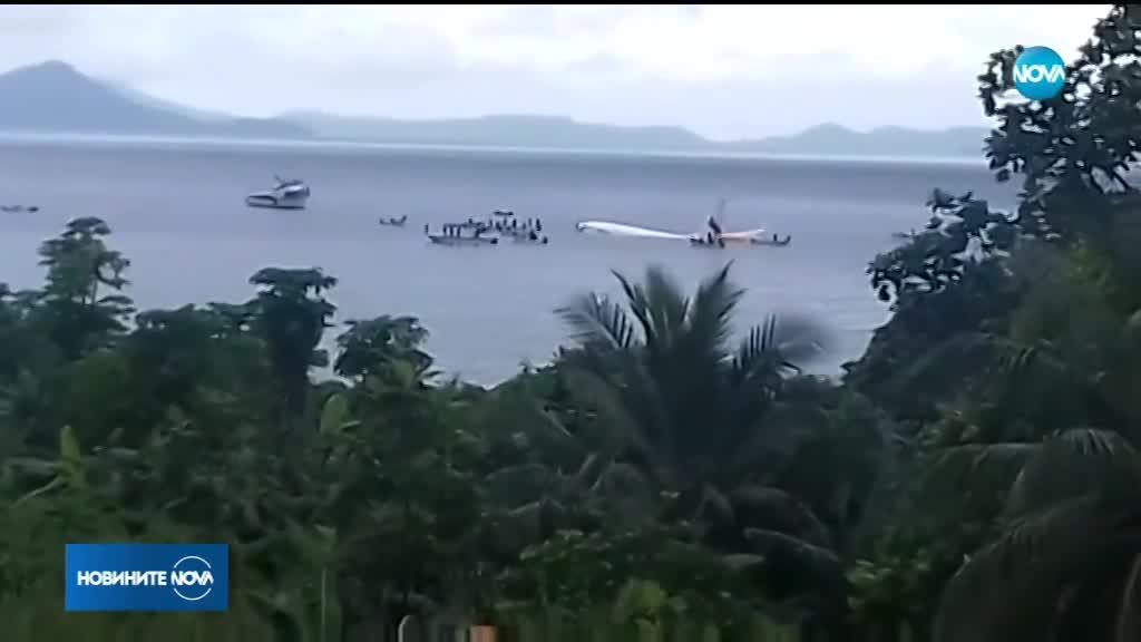 Самолет излезе от пистата и се озова във водата в Микронезия