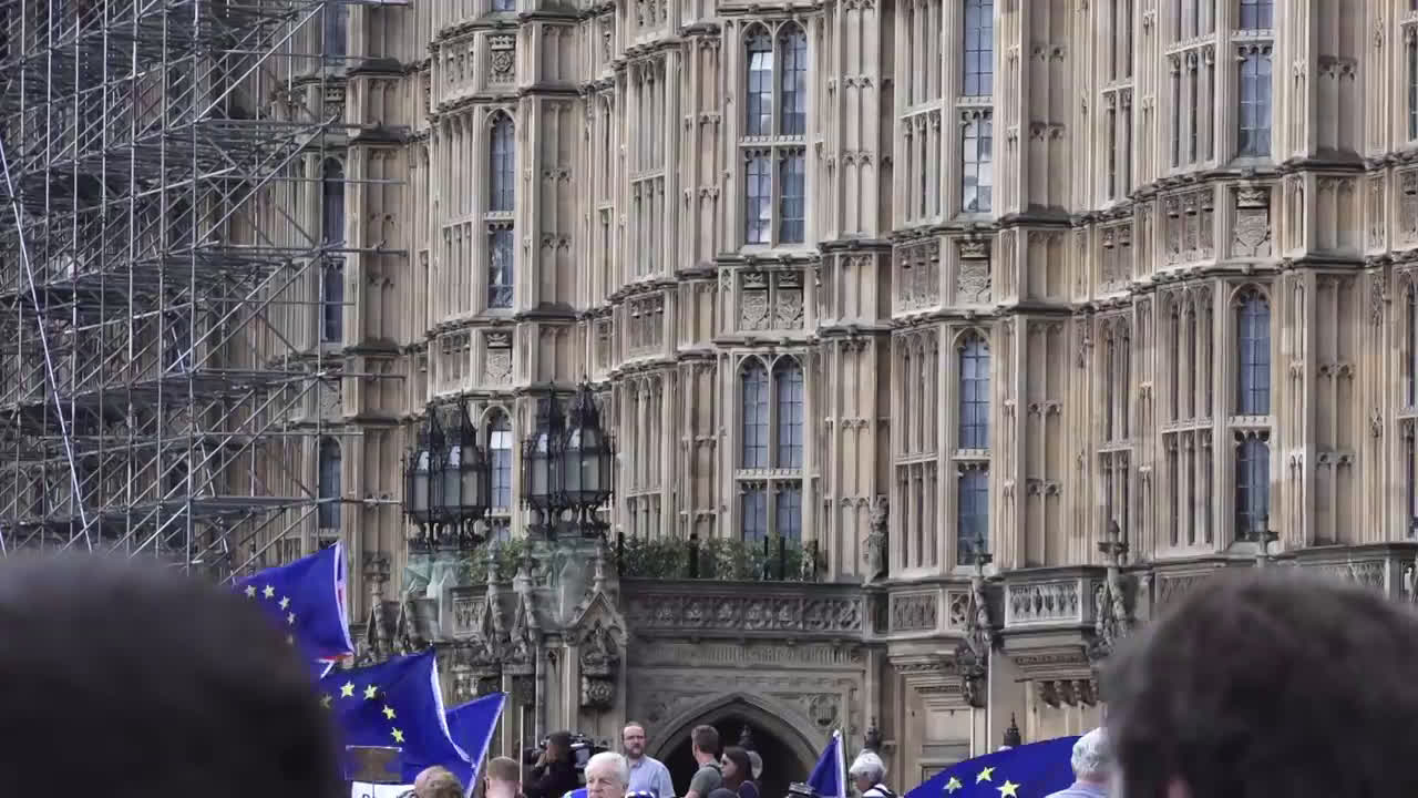 UK: Hundreds protest in London after Johnson moves to suspend parliament